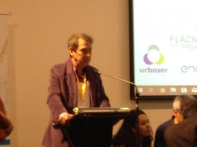 El Alcalde del Municipio de Aguas Corrientes hablando como uno de los representantes de la Red de Municipios sobre la Cuenca del Río Santa Lucía durante la Cumbre Iberoamericana.